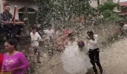 Nhóm thanh niên bắn 'trận địa' pháo giấy như xả kho khiến cô dâu chú rể không biết nên vui hay buồn