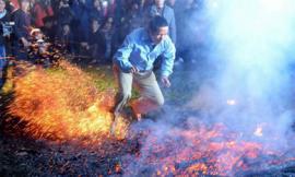 Phi thường cảnh người đi chân trần trên than lửa