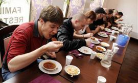 Những 'giá đắt' phải trả khi tham gia các cuộc thi ăn uống kỳ lạ