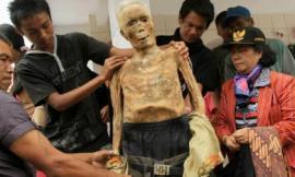 Bộ lạc đưa người chết đi quanh làng như zombie