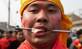 Dùng thanh kim loại đâm xuyên má trong lễ hội đặc biệt ở Trung Quốc