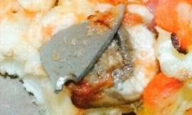 Kinh hãi bé gái ăn phải lưỡi dao dài hơn 2cm trong bánh