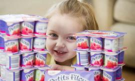 Bé gái 4 tuổi chỉ sống nhờ... 30 hộp sữa chua mỗi ngày