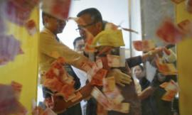 Người dân đua nhau xếp hàng vợt 'tiền chùa'