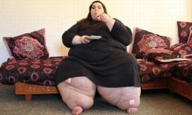 'Choáng' với đôi chân khổng lồ của cô gái 24 tuổi