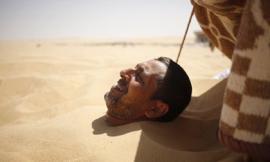 Kỳ lạ: 'Đua nhau' chôn mình dưới cát để chữa bệnh 'bất lực'