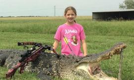 Bé gái 10 tuổi giết chết con cá sấu dài gần 4 mét