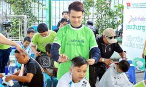 Trốn vợ mang bầu, Nam Cường đi cắt tóc cho các em học sinh nghèo