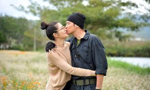 Huy Khánh tình tứ hôn bà xã trong tiệc sinh nhật tại phim trường
