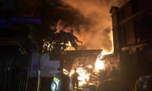 TP.HCM: 'Bà hỏa' bao trùm kho chứa dầu trong đêm, hàng trăm cảnh sát căng mình dập lửa