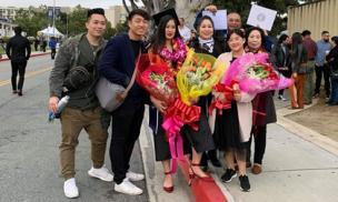 Vợ chồng Hồng Vân - Lê Tuấn Anh sang Mỹ chung vui cùng con gái trong lễ tốt nghiệp