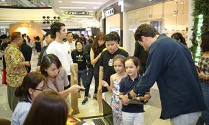 Cặp sinh đôi của Hồng Nhung bất ngờ xuất hiện tại sự kiện ra mắt phim nhưng không có mẹ đi cùng