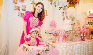 Thanh Thảo và con gái diện đồ đôi với tông hồng rực rỡ trong tiệc thôi nôi ở Mỹ