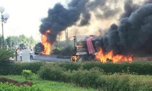 Xe bồn và xe tải bốc cháy ngùn ngụt sau va chạm, 2 người chết cháy trong cabin