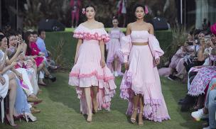 Hoa hậu H'Hen Niê và Á hậu lệ Hằng diện tông hồng, nắm tay nhau làm vedette