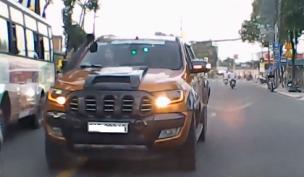Xe bán tải 'hổ báo' đi ẩu, tài xế nhận cái kết đắng vì gặp đối thủ 'cứng'