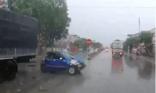 Liên tiếp va chạm với 2 xe tải, ô tô con xoay như chong chóng trên quốc lộ