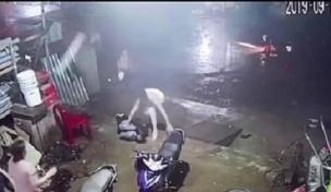 Khoảnh khắc xe tải làm đứt dây điện, 3 chị em ruột tháo chạy nhưng vẫn xảy ra sự việc đau lòng