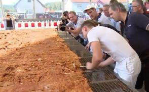 Cận cảnh quá trình chế biến miếng gà chiên lớn nhất thế giới, rộng tới 70m2