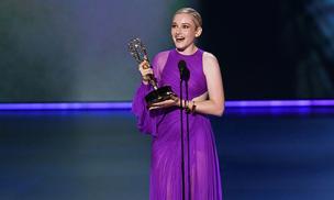Julia Garner mặc đầm của NTK Công Trí, hạnh phúc nhận giải thưởng Emmy đầu tiên trong sự nghiệp