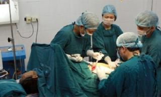 Kỳ lạ với khối u ở ngực chứa đầy tóc và xương