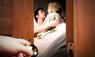 Nuốt nước mắt quay về khi gặp chồng cùng bồ vào nhà nghỉ