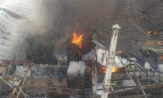 Hà Nội: Cháy lớn ở xưởng gỗ, cột khói bốc cao nghi ngút