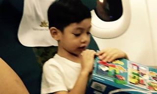 Subeo hào hứng bóc đồ chơi trên máy bay ra Hà Nội