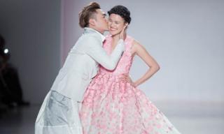 Lý Quí Khánh hôn Tuyết Lan trên sàn diễn New York Fashion Week