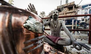 Tu sĩ Aghori ăn thịt người chết và uống nước trong đầu lâu