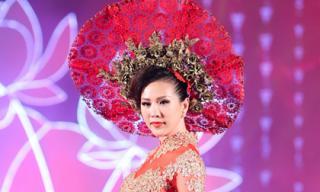 """Hoa hậu Thu Hoài lộng lẫy làm """"Nữ hoàng"""""""