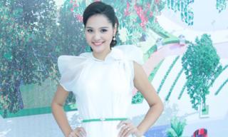 Hoa hậu Hương Giang rạng ngời đi mua đất 4,5 tỷ