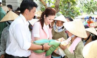 Hoa hậu Bùi Thị Hà chung vui ngày sinh nhật cùng 800 người nghèo