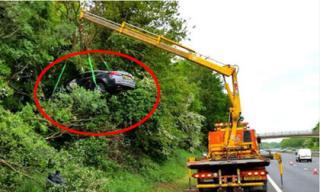 Xe ô tô mất lái 'leo' thẳng lên cây cao 'ngất ngưởng'