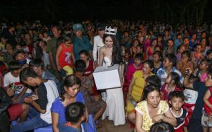 Huỳnh Thuý Anh đội vương miện đi làm từ thiện