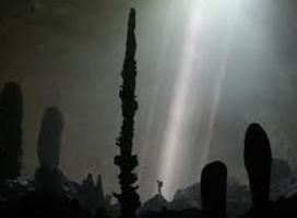 Phát hiện luồng ánh sáng lạ từ nghĩa địa trong hang động