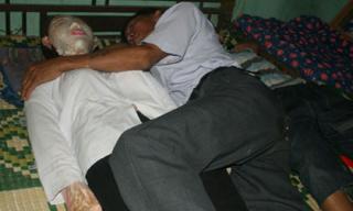 Gặp lại người chồng gần một thập kỷ ngủ cùng xác vợ