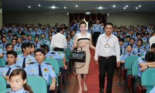 Tân Hoa hậu Bùi Thị Hà rạng rỡ trước 500 nhân viên