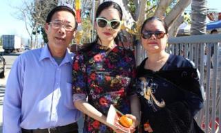 Thu Phương cùng bố mẹ đi hái lộc vào đầu năm mới