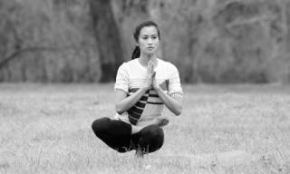 Vợ cũ Lam Trường uốn dẻo trong những động tác yoga khó
