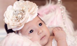 Hoa hậu Hà Kiều Anh khoe trọn bộ ảnh con gái lúc 1 tháng tuổi