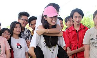 Đông Nhi đội nắng cõng fan tham gia trò chơi vận động