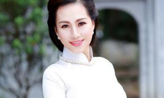 Nhà báo Hàm Anh quyến rũ trong tà áo dài trắng