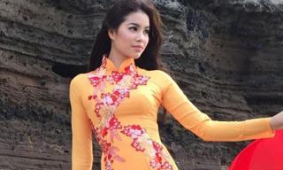 Hoa hậu Phạm Hương duyên dáng khi diện áo dài