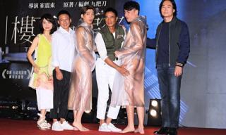 Sao nam Hoa ngữ gây sốc vì mặc quần lót trùm áo mưa đi sự kiện