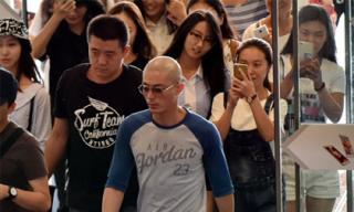 Fan rần rần ở sân bay tận mắt chứng kiến đầu trọc lóc của Hoắc Kiến Hoa