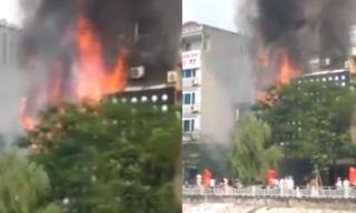 Quán karaoke bốc cháy dữ dội, khói đen ngút trời ở Hà Nội