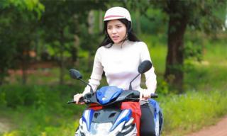 Sau hàng loạt scandal, Hoa hậu Kỳ Duyên lái xe máy đi thăm dân nghèo