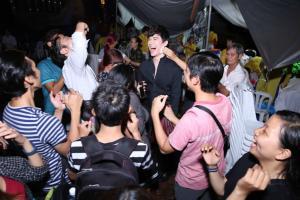 Nathan Lee choáng vì hành động ''quái'' của fan nam người Nhật