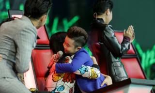 Hot boy nhí đội Noo Phước Thịnh hôn Đông Nhi trước mặt Ông Cao Thắng